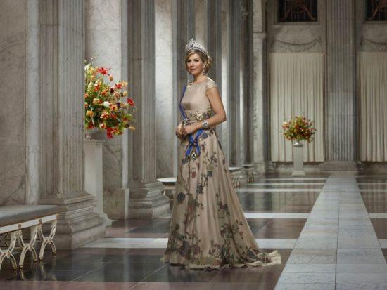 staatsiefoto-koningin-maxima-in-burgerzaal---2018---erwin-olaf---liggend