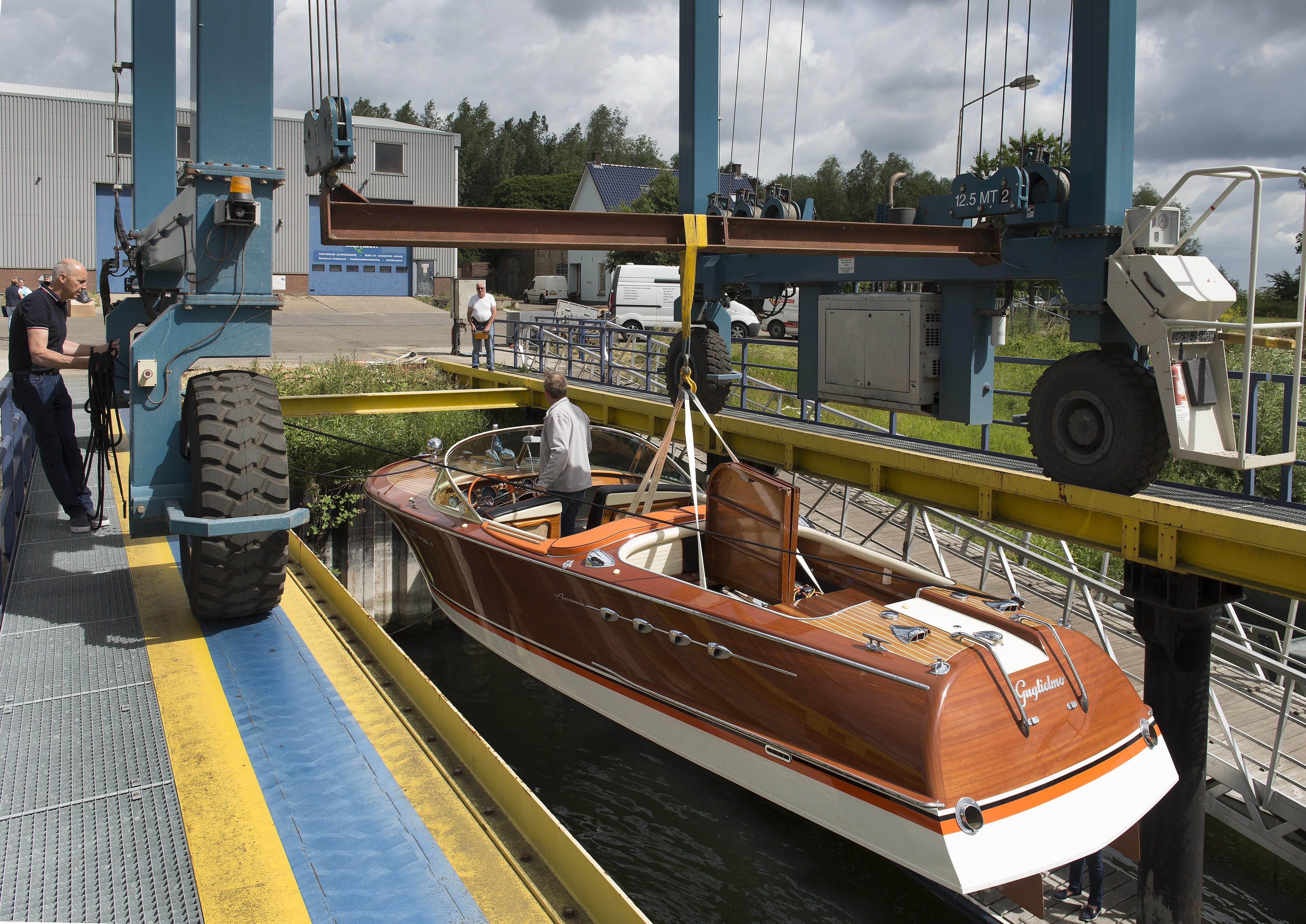 Riva motorboot wordt te water gelaten in Wijk bij Duurstede