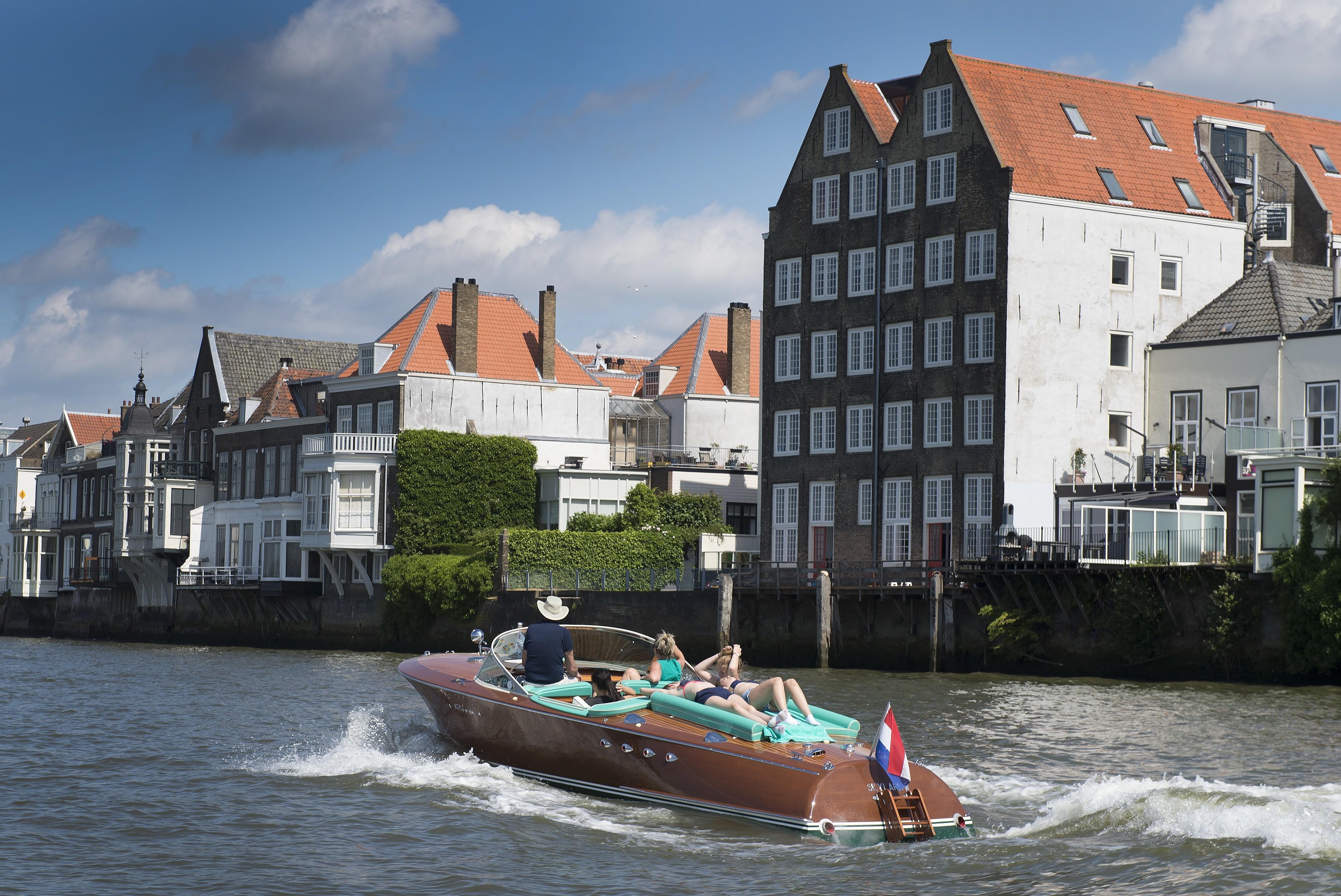 Riva motorboot vaart door Wijk bij Duurstede